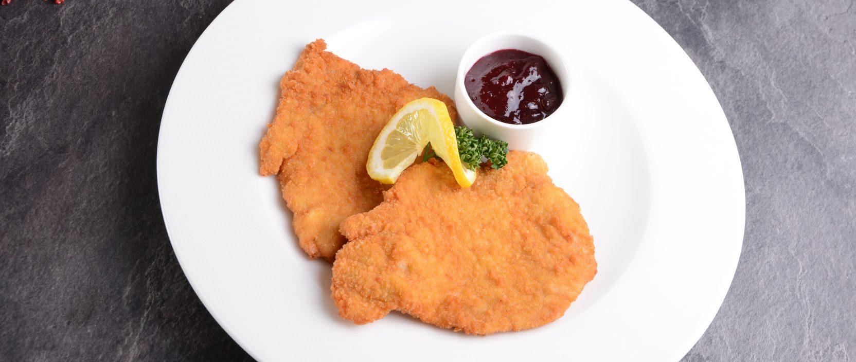 Rezept: Gebackenes Duroc Schnitzel mit Preiselbeer-Kompott, Wiesbauer