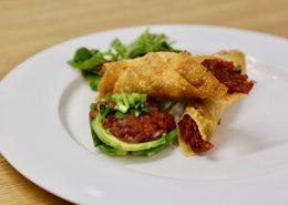Rezept: Beef Tatar Zigarillos - Die Kombination mit den knusprigen Zigarillos gefüllt mit Beef Tatar eine köstliche Vorspeise! Zutaten für 8 Personen, 500g Rinderfilet, 10 Kapern, 1 kleine, halbe Schalottenzwiebel, 1 Avocados, Zitronensaft, 1 TL Gomasio Gewürz, Koriander frisch, etwas Sesamöl, Salz, ...