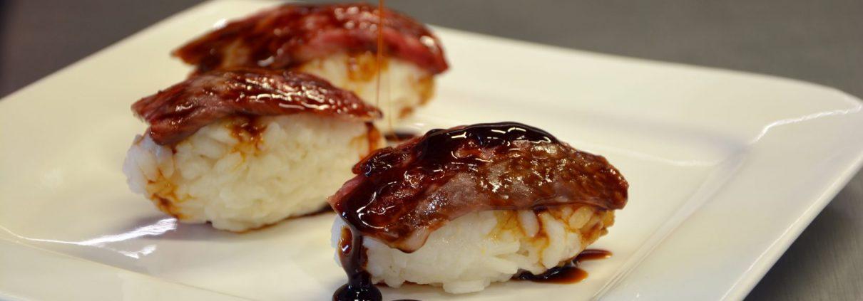 Rezept: Wagyu Beef Sushi mit Teriyaki Sauce, Wiesbauer Gourmet. 250 - 300 g Wagyu Beiried. Zubereitung: Wagyu Beef: Das Fleisch in feine Scheiben schneiden und Raumtemperatur annehmen lassen. Wagyu Beef jetzt online bei Wiesbauer Gourmet bestellen! Lieferung binnen 24 Stunden, garantierte Kühlkette!