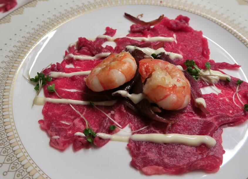 Beef Carpaccio mit roten Zwiebeln & Trüffelmayonnaise