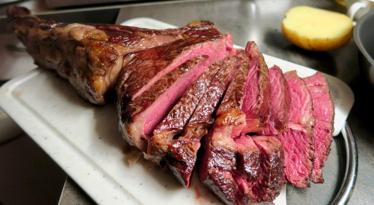 Wiesbauer Gourmet Rezept: Steak Quartett mit Ofenkartoffeln, Schnittlauchsauce und Spargelgemüse. Steak Quartett, 0,9kg Txogitxu Prime Rib, 1,2kg Tomahawk AUS, 0,8kg Cultbeef T-Bone Steak der österr. Kälbin, 0,85kg 2xKalbin PrimeRib Steak der österr. Kälbin. > Jetzt im Wiesbauer Gourmet Online Shop!