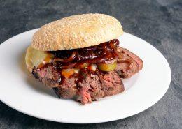 Rezept: Steakfleisch-Burger mit selbstgemachten Buns von Wiesbauer Gourmet online kaufen. Beiried Dry Aged von der Kalbin jetzt online kaufen! Die Hefe mit etwas Zucker und Mehl mischen, damit diese die Hefe aktivieren und sie gut gehen lassen. Die benötigte Milch leicht erwärmen (ca. 45 C°).