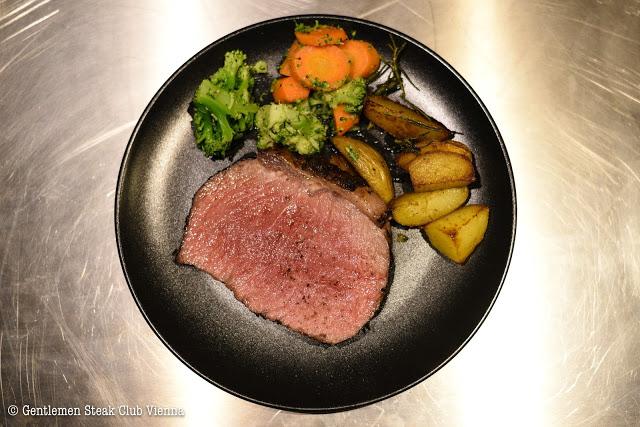 Roastbeef im Kräutermantel mit Rosmarin-Kartoffel und Buttergemüse