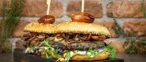 Dry Aged Beef Burger mit Balsamico-Schalotten und Ziegenmayonnaise