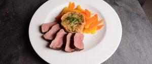 Straußenfilet mit Weizenrisotto und Karotten-Rübengemüse. Die besten Rezepte mit dem exklusiven Straussenfleisch / Straussen Fan Filet in unserem Magazin!