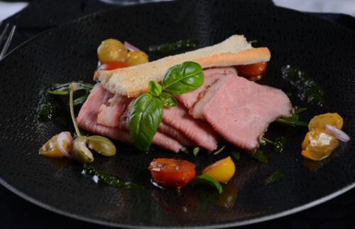 Gegrillter Sous Vide Kalbstafelspitz mit Tomatenconfit, Pesto & Rucola