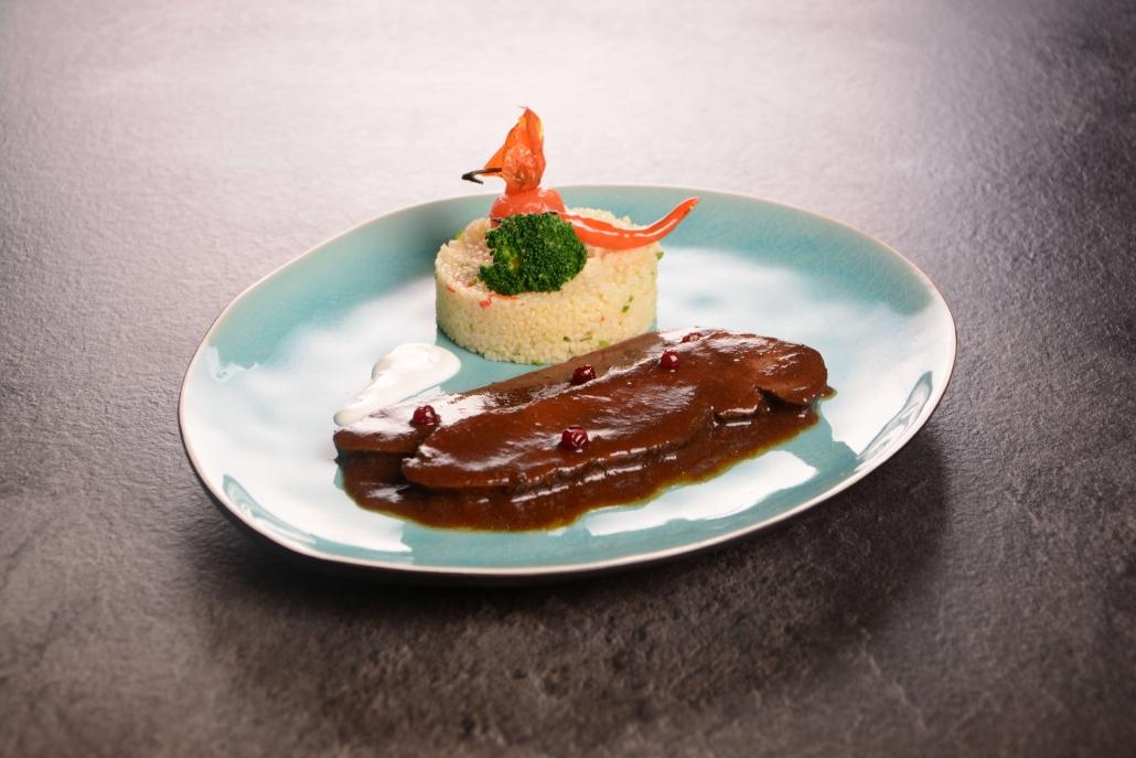 Hirschrückenragout mit Chili-Couscous, Sauerrahm und Preiselbeeren