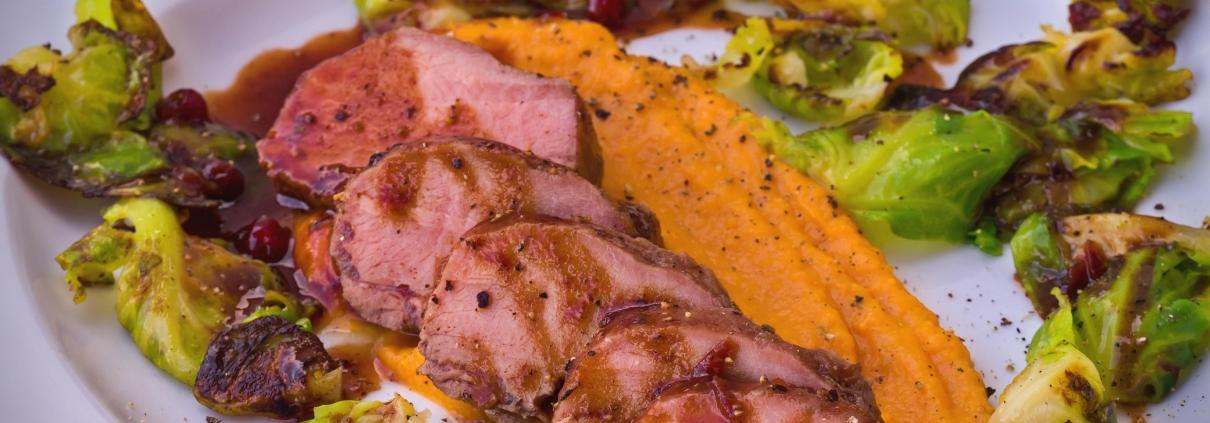 Olvahh´s Wildschweinrücken von der Zedernholzplanke mit Wacholder-Portwein-Glasur