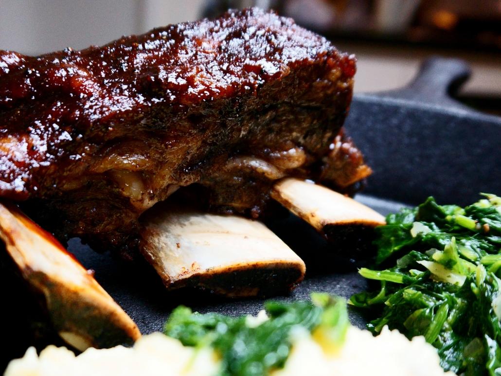 bbqmics´s Short Beef Ribs vom Smoker mit Spinat und Kartoffelstampf