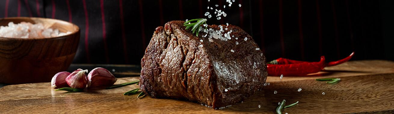 Hüftsteak kaufen, Premium Huftsteak, Hüfterscherzl, Ochsenfetzen, Hüftsteak & top Steaks online kaufen. Beste Steak Qualität in nur 24 h geliefert!