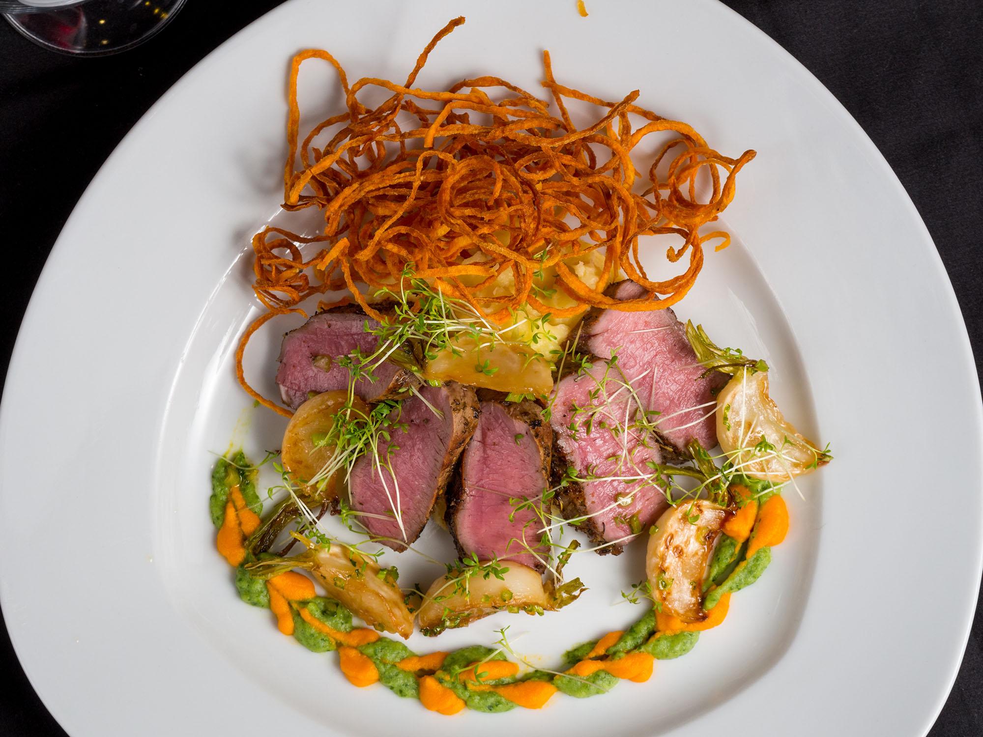 Olvahh´s gegrillte Lammlachse mit dreierlei Püree, karamellisierten Mairübchen und Süßkartoffelstroh