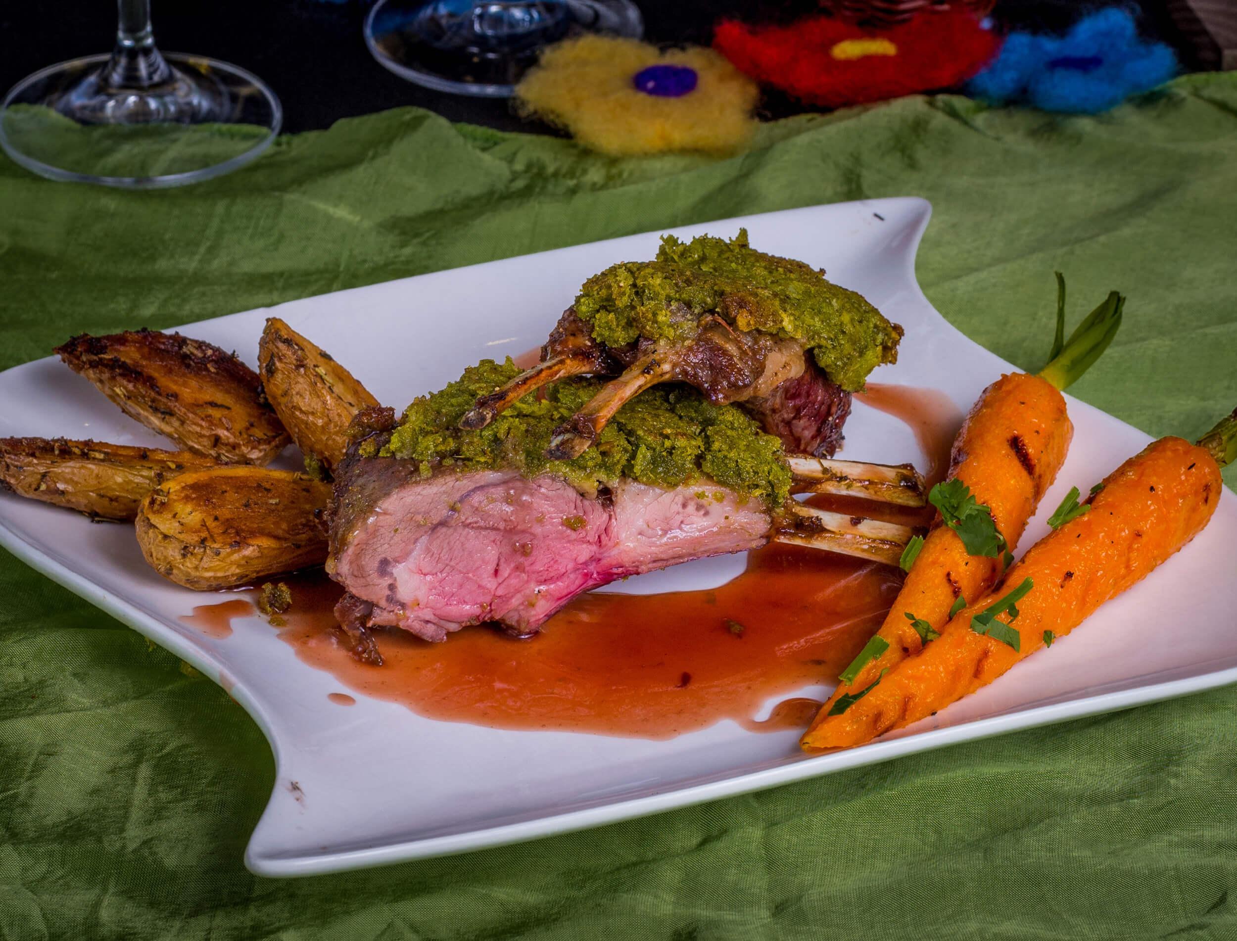 Olvahh´s Lammkronen mit Knoblauch-Ingwer-Karotten, Grillkartoffeln und Rotweinjus