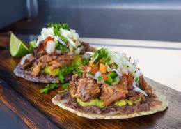Olvahh´s Sopes mit Brisket, Guacamole, Frijoles Refritos & Salsas