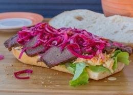 Olvahh´s Brisket-Sandwich mit eingelegten Zwiebeln und Cole-Slaw