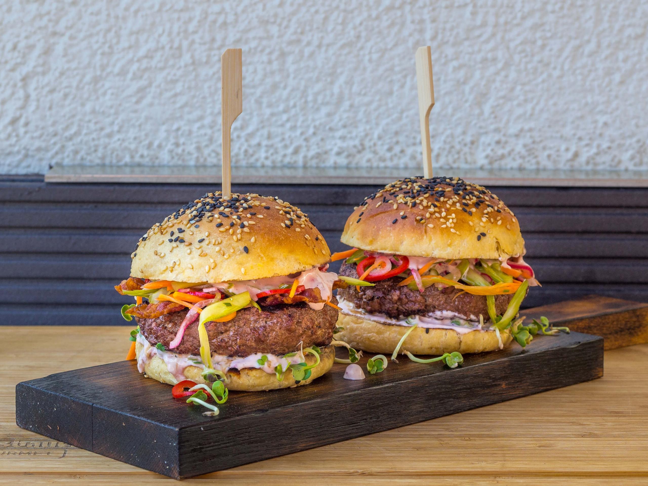 Olvahh´s Wildburger mit Ziegenkäsecreme und eingelegten Gemüsestreifen